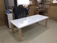 特注ダイニングテーブル 天板 白色鏡面仕上げ 脚 メープル無垢 神奈川県 K様