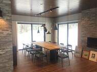 特注テーブルとアームチェア ニセコ貸別荘