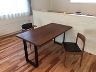 ウォールナット無垢オリジナルテーブル(40mm厚)と宮崎製作所 4110、腰の椅子 苫小牧 M様邸