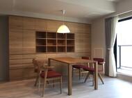 壁面収納家具と食卓テーブル、腰の椅子
