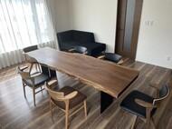 ウォールナット耳付き一枚板テーブル、腰の椅子、ソファ / 名寄市 S様邸
