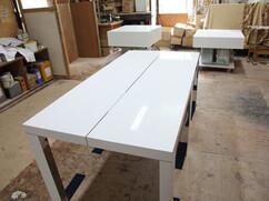 特注テーブル2台 天板 ステンレスストレートバー加工、脚 内側2面 ステンレス鏡面仕上げ